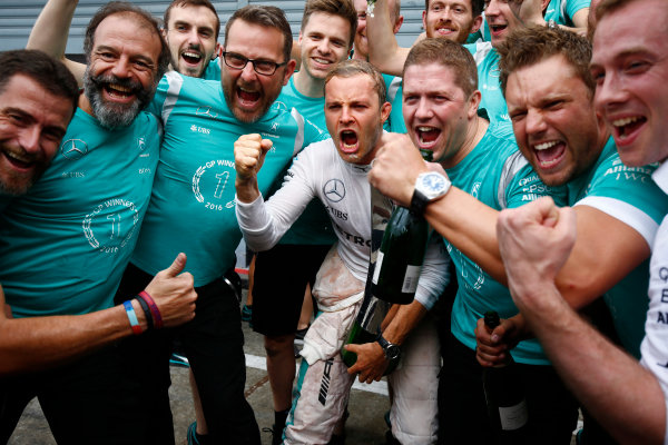 Autodromo Nazionale di Monza, Italy. Sunday 4 September 2016. Nico Rosberg, Mercedes AMG, 1st Position, celebrates with the Mercedes team. World Copyright: Andrew Hone/LAT Photographic ref: Digital Image _ONY6074