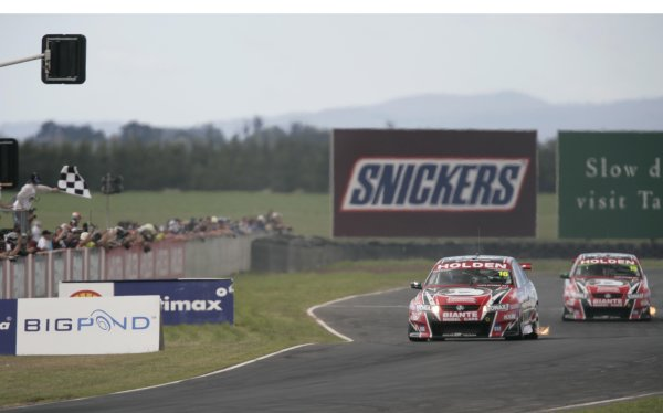 2005 Australian V8 SupercarsSymmons Plains Raceway, Australia. 11th - 13th November 2005Race winner Garth Tander (HSV Dealer Team Holden Commodore VZ). Takes the chequered flag.World Copyright: Mark Horsburgh / LAT Photographicref: 05AusV8SP41