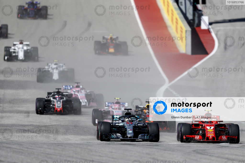 Lewis Hamilton, Mercedes AMG F1 W09 EQ Power+, battles with Kimi Raikkonen, Ferrari SF71H, ahead of Daniel Ricciardo, Red Bull Racing RB14, Esteban Ocon, Racing Point Force India VJM11, Romain Grosjean, Haas F1 Team VF-18, and the rest of the field at the start