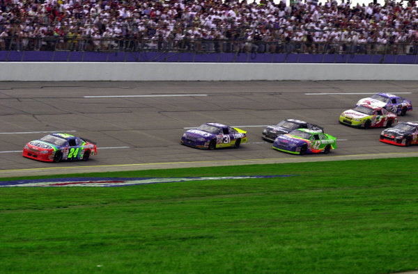 Jeff Gordon leads Mike Skinner (#31) and the rest of the field through the tri-oval for the final time.NASCAR DieHard 500 at Talladega Superspeedway 16 April,2000 LAT PHOTOGRAPHIC-F Peirce Williams 2000
