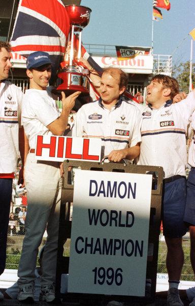 1996 Japanese Grand Prix.Suzuka, Japan.11-13 October 1996.Damon Hill (Williams Renault) celebrates clinching the World Championship with his wife Georgie.World Copyright - LAT Photographic