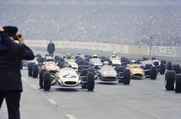 Kurt Ahrens Jr, Brabham BT23C Ford, Derek Bell, Brabham BT23C Ford, and Jim Clark, Lotus 48 Ford, staggered on the grid before the start.
