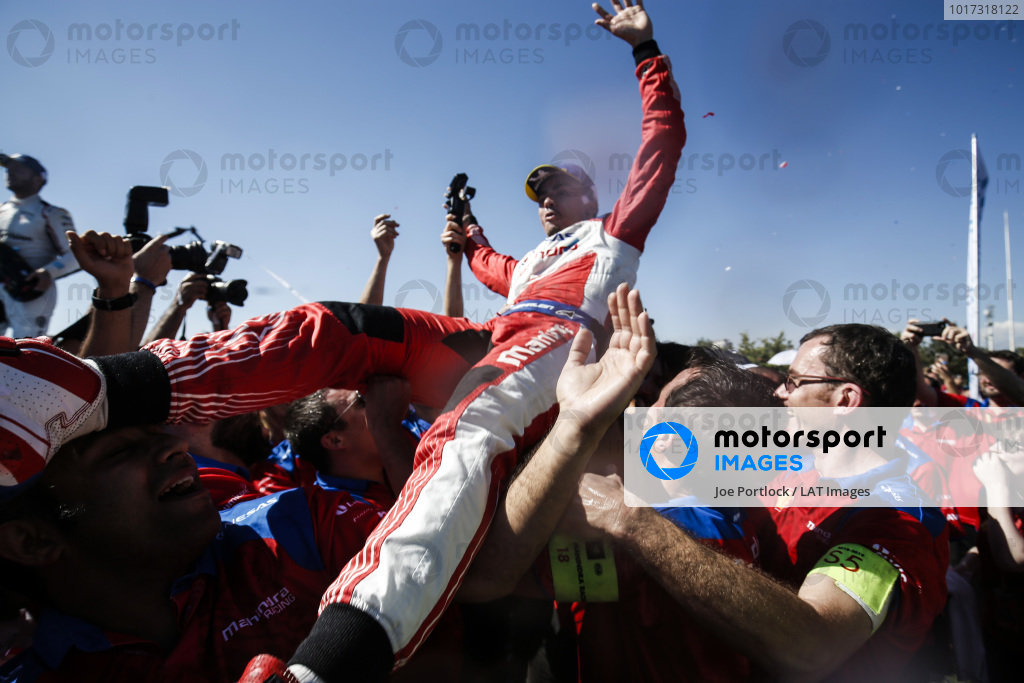 Pascal Wehrlein (DEU), Mahindra Racing, 2nd position, celebrates with his team