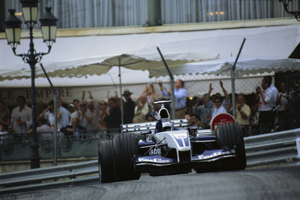 Juan Pablo Montoya, Williams FW25 BMW, waving to the crowd at the end of the race.