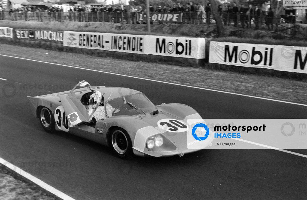 Jean-Pierre Jaussaud / Henri Pescarolo, Matra Sports, Matra MS630-BRM, with his door open.