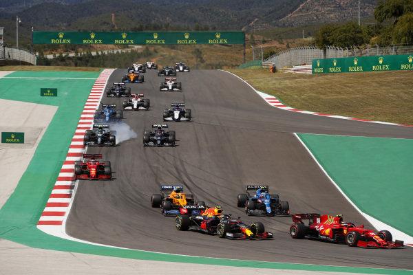 Carlos Sainz, Ferrari SF21, leads Sergio Perez, Red Bull Racing RB16B, Esteban Ocon, Alpine A521, Lando Norris, McLaren MCL35M, Charles Leclerc, Ferrari SF21, Sebastian Vettel, Aston Martin AMR21, Pierre Gasly, AlphaTauri AT02, and the remainder of the field