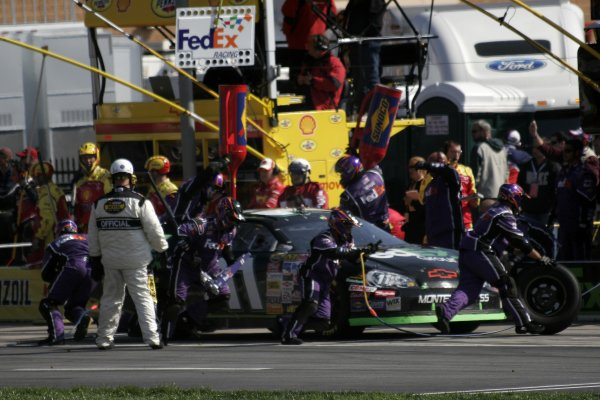 16-18 March 2007, Atlanta Motor Speedway, Atlanta, GADenny Hamlin pits©2007, Lesley Ann Miller, USALAT Photographic