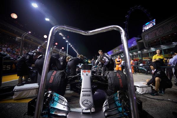 Marina Bay Circuit, Marina Bay, Singapore. Sunday 17 September 2017. The Mercedes team prepare the car of Lewis Hamilton, Mercedes F1 W08 EQ Power+, on the grid. World Copyright: Steve Etherington/LAT Images  ref: Digital Image SNE17000