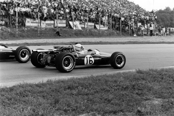 1967 Italian Grand Prix.Monza, Italy.8-10 September 1967.Jim Clark (Lotus 49 Ford), 3rd position, is passed by Jack Brabham (Brabham BT24), at Parabolica telling him he has a punture, action.World Copyright - LAT Photographic.ref: 1726 #15A.