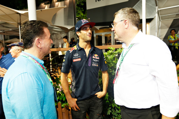 Marina Bay Circuit, Singapore. Saturday 19 September 2015. Daniel Ricciardo, Red Bull Racing, with the Honorable John Eren, Minister for Tourism and Major Events, Victorian Government Australia, and John Harnden, CEO, Australian Grand Prix Corporation. World Copyright: Alastair Staley/LAT Photographic ref: Digital Image _79P2499