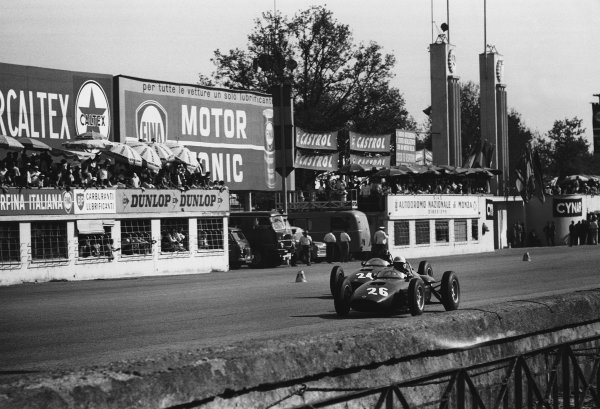 Monza, Italy. 10th September 1961.Tony Brooks (BRM-Climax P48/57), 5th position, leads Graham Hill (BRM-Climax P48/57), retired, action. World Copyright: LAT Photographic.Ref:  L1159 - 24