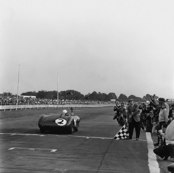 Goodwood, West Sussex, Great Britain. 5th  September 1959. Carroll Shelby/Stirling Moss/Tony Brooks/Jack Fairman (Aston Martin DBR1), 1st position, Moss takes the chequered flag, action.  World Copyright: LAT Photographic. Ref: 4969.