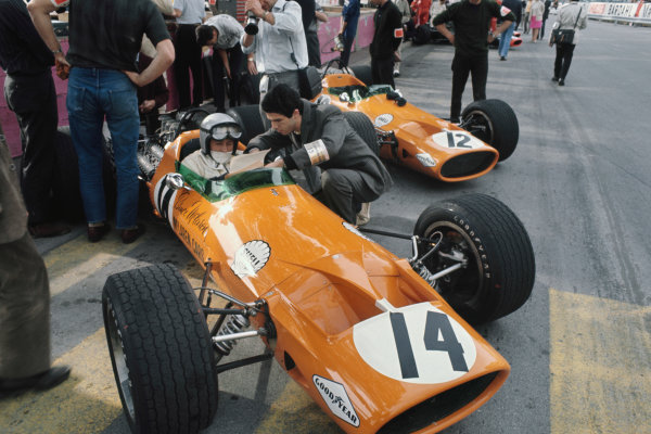 Monte Carlo, Monaco. 26 May 1968. Bruce McLaren (McLaren M7A-Ford), retired, action. World Copyright: LAT Photographic Ref: 68MON14.