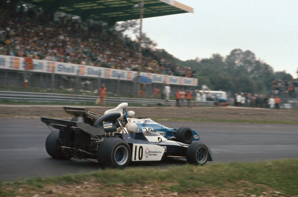 1972 Italian Grand Prix.  Monza, Italy. 8-10th September 1972.  Mike Hailwood, Surtees TS9B Ford, 2nd position, goes inside Chris Amon, Matra MS120D, retired, at Parabolica.  Ref: 72ITA59. World Copyright: LAT Photographic