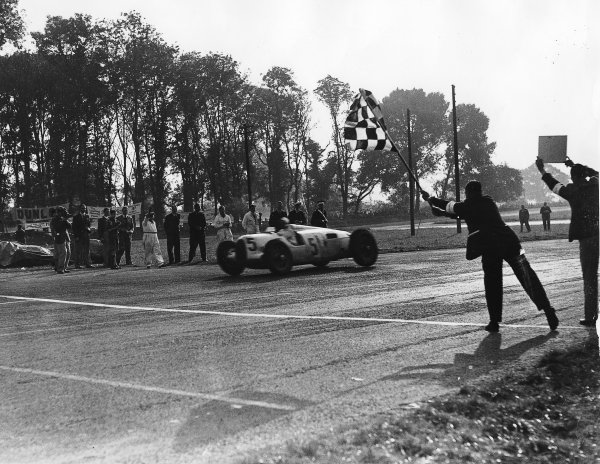 Donington Park, Great Britain. 2 October 1937.Bernd Rosemeyer (Auto Union C-typ), 1st position.World Copyright - LAT Photographic
