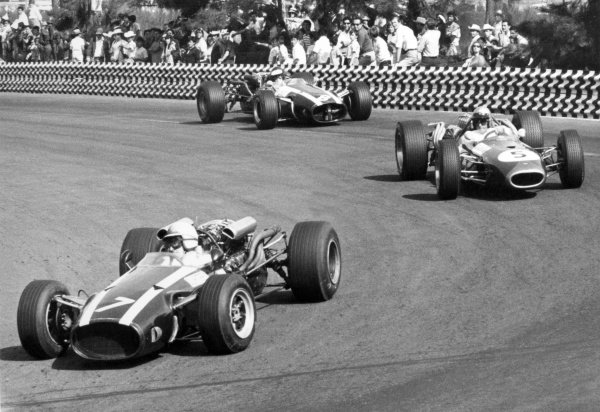 1966 Mexican Grand Prix.Mexico City, Mexico. 23 October 1966.John Surtees, Cooper T81-Maserati, 1st position, leads Jack Brabham, Brabham BT20-Repco, 2nd position, and Jochen Rindt, Cooper T81-Maserati, retired, action.World Copyright: LAT PhotographicRef: Motor b&w print