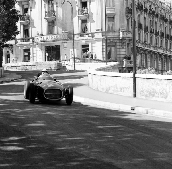 1958 Monaco Grand Prix.Monte Carlo, Monaco.15-18 May 1958.Stirling Moss (Vanwall VW) exits Mirabeau.Ref-1915.World Copyright - LAT Photographic