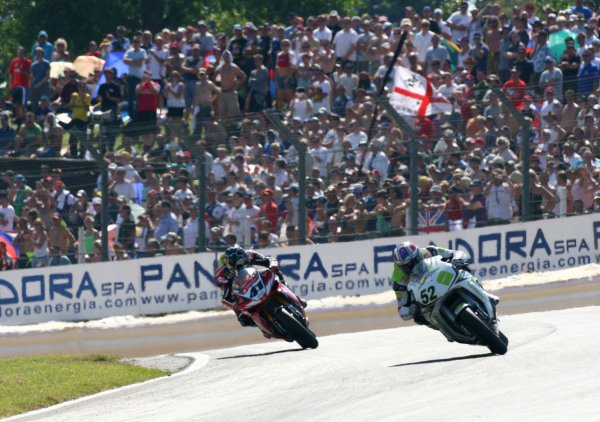 Brands Hatch, England. 3rd - 5th August 2007. James Toseland, Honda CBR1000RR (1st position), leads Noriyuki Haga, Yamaha YZF R1 (2nd position), action. World Copyright: Kevin Wood/LAT Photographic ref: Digital Image IMG_8994a
