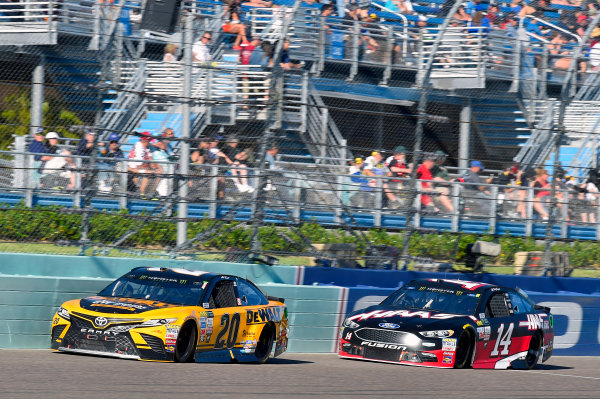 Monster Energy NASCAR Cup Series Ford EcoBoost 400 Homestead-Miami Speedway, Homestead, FL USA Sunday 19 November 2017 Matt Kenseth, Joe Gibbs Racing, DEWALT Hurricane Recovery Toyota Camry and Clint Bowyer, Stewart-Haas Racing, Haas Automation Ford Fusion World Copyright: Nigel Kinrade LAT Images