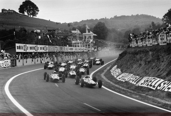 1965 French Grand Prix.Charade, Clermont-Ferrand, France.25-27 June 1965.Jim Clark (Lotus 25-Climax), 1st position, leads the field away at the start of the 40 lap race, action.World Copyright - LAT Photographic.Ref: L65/280/#6