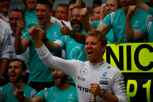 Autodromo Nazionale di Monza, Italy. Sunday 4 September 2016. Nico Rosberg, Mercedes AMG, 1st Position, celebrates with the Mercedes team. World Copyright: Andy Hone/LAT Photographic ref: Digital Image _ONZ7082