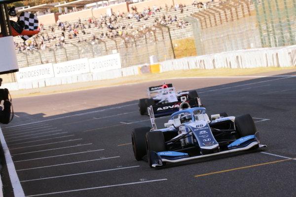 Round six winner Toshiki Oyu ( #65 TCS NAKAJIMA RACING ), Dallara SF19 Honda, takes the chequered flag at the finish. Photo: Yukio Yoshimi