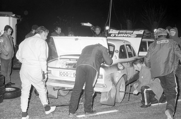 Roger Clark / Tony Mason, Ford Escort RS 16000 Mk1, in a service area.