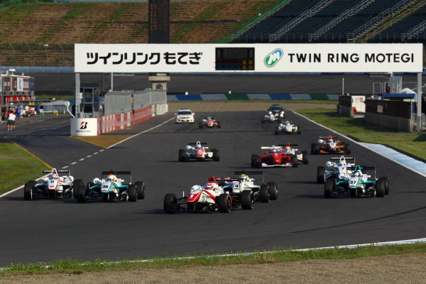 Twin Ring Motegi, Motegi, Japan12th - 13th May 2012. Rd 3.Start of the race, action. World Copyright: Yasushi Ishihara/LAT Photographic.Ref:  2012JF3_R3&4_001