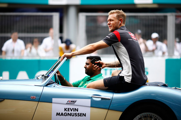 Sepang International Circuit, Sepang, Malaysia. Sunday 01 October 2017. Kevin Magnussen, Haas F1, rides in an Austin Healey, on the drivers' parade. World Copyright: Andy Hone/LAT Images  ref: Digital Image _ONZ0097