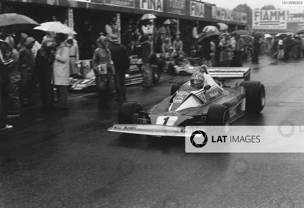 Monza, Italy. 10th - 12th September 1976. Niki Lauda (Ferrari 312T2), 4th position, pit lane action.  World Copyright: LAT Photographic. Ref: 9137 - 26A.