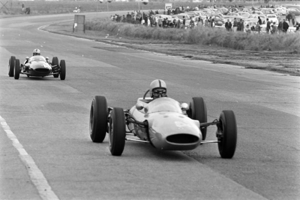 John Berry, Lotus 27 Ford (F3), leads Sverrir Thoroddsson, Lotus 31 Ford (F3).