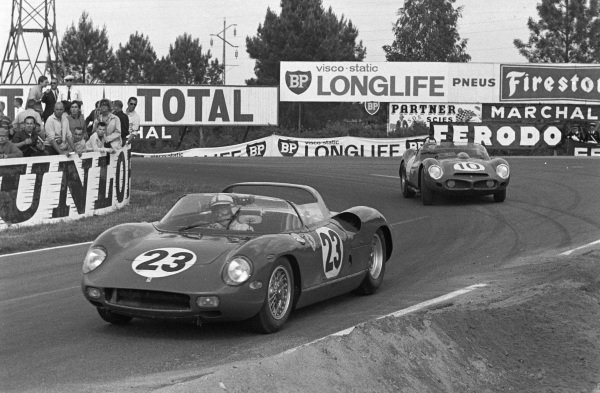 Willy Mairesse / John Surtees, Scuderia Ferrari, Ferrari 250P, leads Roger Penske / Pedro Rodriguez, North American Racing Team, Ferrari 330LM.