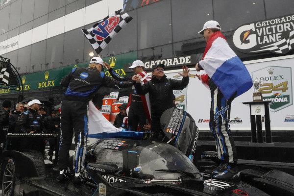 #10 Konica Minolta Cadillac DPi-V.R. Cadillac DPi, DPi: Renger Van Der Zande, Jordan Taylor, Fernando Alonso, Kamui Kobayashi, victory celebration, podium