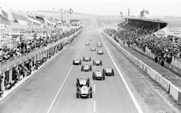 1960 French Grand Prix.Reims, France. 1-3 July 1960.Phil Hill (Ferrari) leads at the start.Ref: Motor 8711A/12A.World Copyright - LAT Photographic