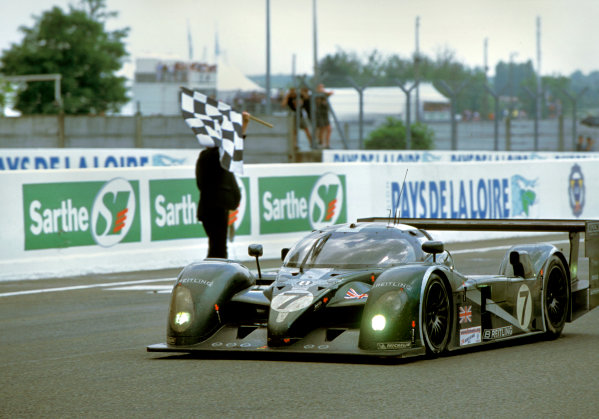 Le Mans, France. 14th - 15th June 2003.The winning Bentley of Kristensen, Capello and Smith crosses the finish line .World Copyright: LAT Photographic.Ref:  03LM19.