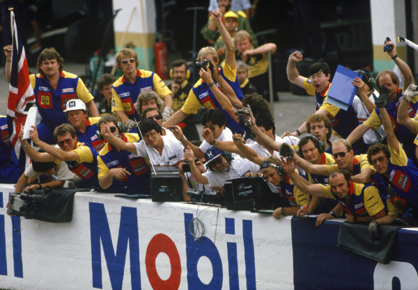 Estoril, Portugal. 19-21 September 1986. Nigel Mansell (Williams FW11 Honda) 1st position. The Williams team celebrate the victory on the pit wall. Ref: 86 POR 36. World Copyright - LAT Photographic