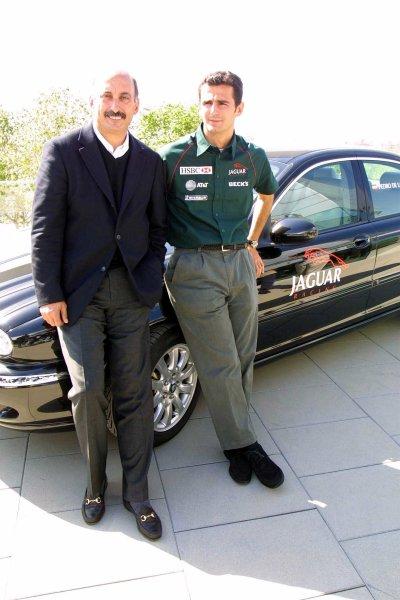 2001 Spanish Grand PrixCatalunya, Barcelona, Spain. 27-29 April 2001.Pedro de La Rosa is announced as Burti's replacement at Jaguar Racing. Here with Jaguar Racing C.E O. Bobby Rahal.World Copyright - Clive Rose/LAT Photographicref: Digital Image only.