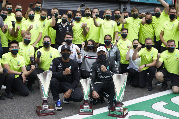 Race winner Lewis Hamilton, Mercedes-AMG Petronas F1 and , 2nd position Valtteri Bottas, Mercedes-AMG Petronas F1 pose for a photograph with their team.