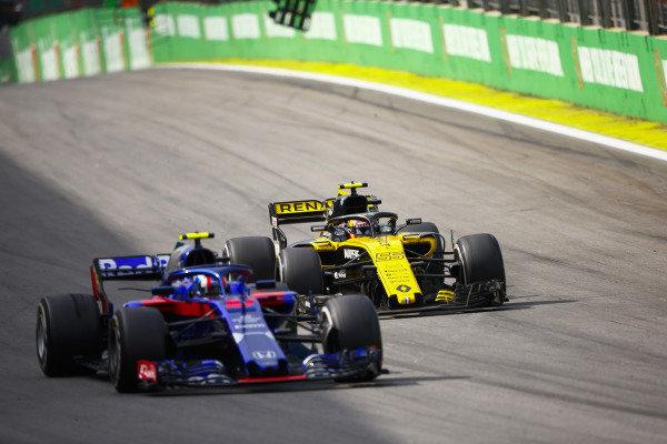 Carlos Sainz Jr., Renault Sport F1 Team R.S. 18, challenges Pierre Gasly, Toro Rosso STR13 Honda.