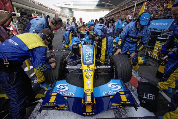 Final preparations are made to Fernando Alonso's Renault R25 on the grid.
