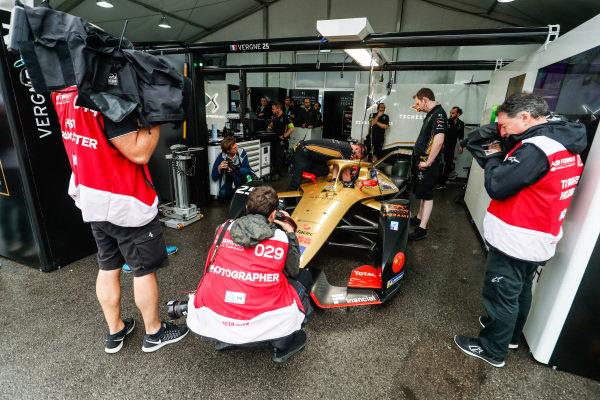 Photographers surround Jean-Eric Vergne (FRA), DS TECHEETAH, DS E-Tense FE19 as he's strapped into the car