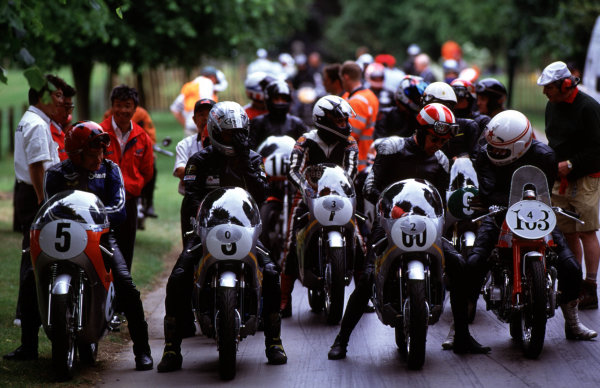 Goodwood House, East Sussex, England. 18th - 20th June 1999. The bikes line up at the start, action. World Copyright: LAT Photographic.