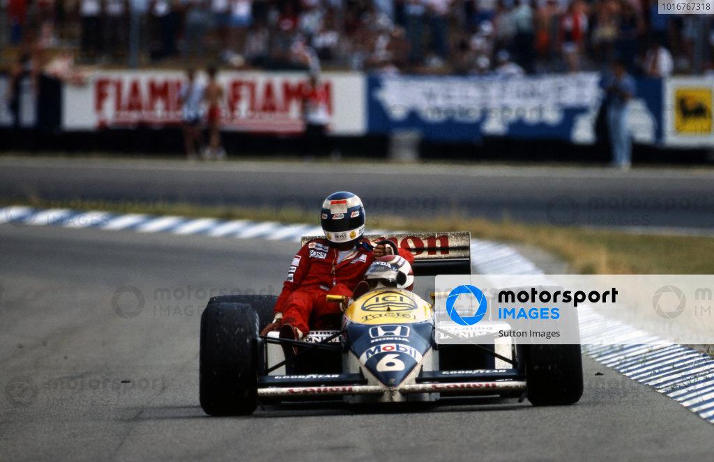 Winner Nelson Piquet (BRA) Williams FW11, gives Keke Rosberg (FIN) McLaren a lift back to the pits. Formula One World Championship, Rd10, German Grand Prix, Hockenheim, Germany, 27 July 1986.