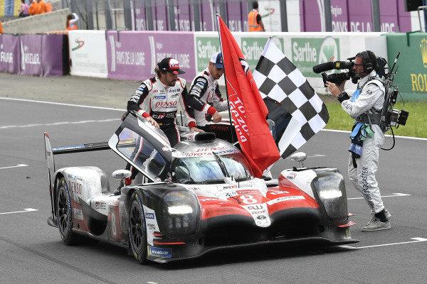 #8 Toyota Gazoo Racing Toyota TS050: Sébastien Buemi, Kazuki Nakajima, Fernando Alonso celebrate the win
