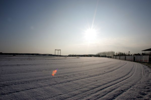 Snow on the track at Luffield.Formula One Testing, Silverstone, England, 22 February 2005.DIGITAL IMAGE