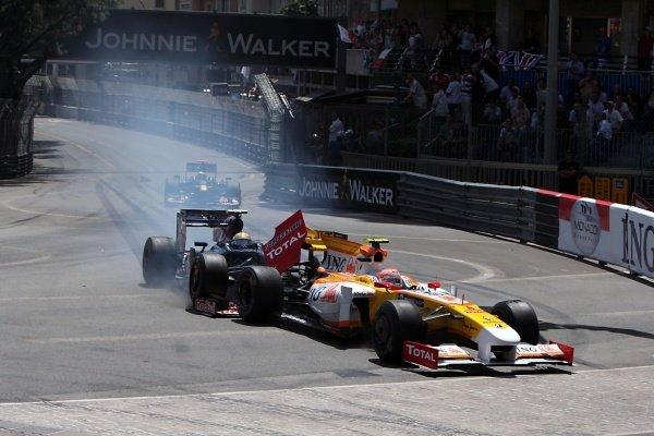Sebastien Buemi (SUI) Scuderia Toro Rosso STR4 collides with Nelson Piquet Jr. (BRA) Renault R29. Formula One World Championship, Rd 6, Monaco Grand Prix, Race, Monte-Carlo, Monaco, Sunday 24 May 2009. BEST IMAGE