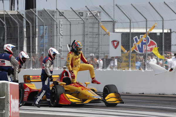 Ryan Hunter-Reay, Andretti Autosport Honda steps from his car after losing an engine
