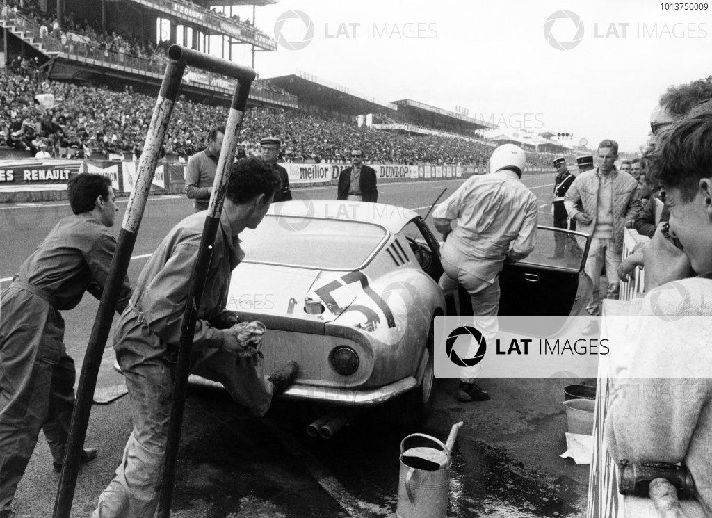 Le Mans, France. 18th - 19th June 1966.Pierre Noblet/Claude Dubois (Ferrari 275 GTB), 10th position, pit stop action. World Copyright: LAT Photographic.Ref:  349 - 12.