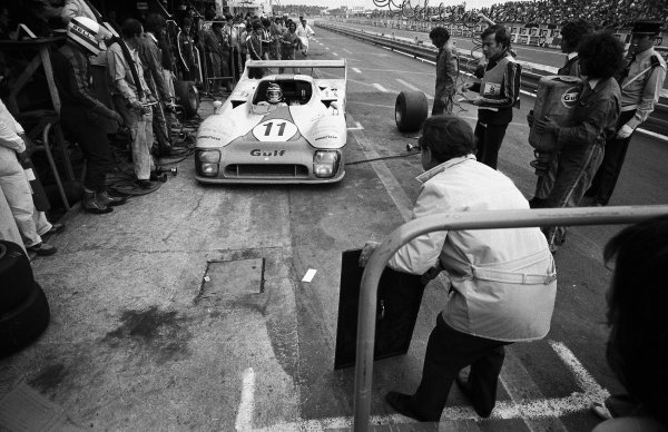 1975 Le Mans 24 hours. Le Mans, France. 14 - 15 June 1975. Jacky Ickx / Derek Bell (Gulf Mirage GR8-Ford), 1st position, pit stop action. World Copyright: LAT Photographic.  Ref:  L75 - 1430 - 36.