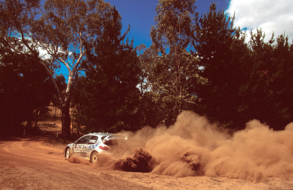 Rally Australia10th-12th November 2000Gronholm and Rautiainen in Peugeot-race actionWorld Copyright © LAT Photographic